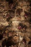 Alte Musikanmerkungen mit trockenen Rosen Stockfoto