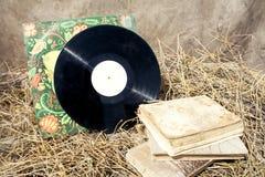 Alte Musikplatte und -bücher im Stroh Lizenzfreies Stockbild