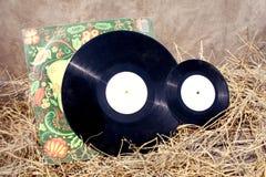 Alte Musikplatten im Stroh Stockfotografie