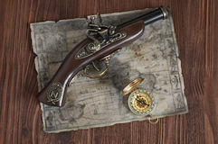 Alte Muskete, Karte und Kompass Lizenzfreie Stockfotografie