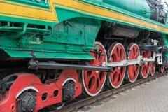 Alte nähernde Dampfzugräder, Nahaufnahme Schwarze und rote Räder Schienen und Lagerschwellen stockbilder