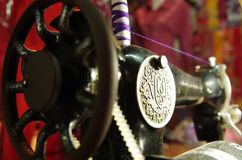 Alte Nähmaschine, schwarz mit silbernem Emblem Lizenzfreies Stockbild