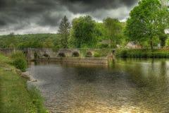 Alte Natursteinbrücke in Frankreich Lizenzfreie Stockbilder