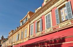 Alte nette Fenster Gelb und Rot stockbild