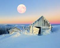 Alte nette Häuser bedeckt mit Schnee in der Winternacht Lizenzfreie Stockfotografie
