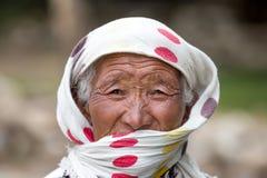 Alte nicht identifizierte lokale Frau in Leh Indien Lizenzfreie Stockfotos