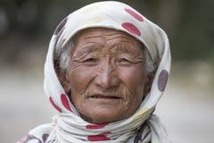 Alte nicht identifizierte lokale Frau in Leh Indien Lizenzfreie Stockbilder