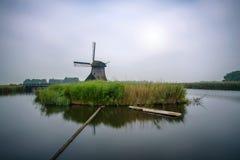 Alte niederländische Windmühle in der kalten Morgenlandschaft Lizenzfreie Stockfotos