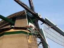 Alte niederländische Windmühle früher benutzt für das Pumpen des Wassers aus dem Polder heraus lizenzfreie stockfotos
