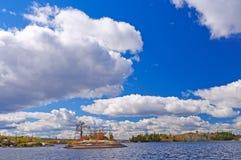 Alte nubi sopra acqua blu nella caduta Fotografia Stock