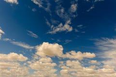 Alte nuvole in un cielo blu luminoso Fotografia Stock