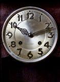 Alte oder Retro- Uhrwicklung, Nahaufnahmehände und Gesicht des alten m Stockfotos