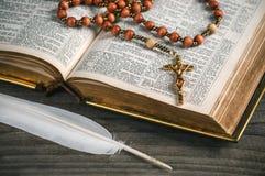 Alte offene Bibel mit Rosenbeet Lizenzfreie Stockfotografie