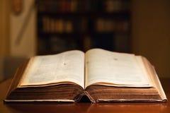 Alte offene heilige Bibel Stockbilder