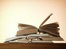 Alte offene Romanbücher auf einem Holztisch Lizenzfreie Stockfotos
