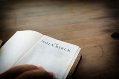 Alte offene Stechpalme Bibel mit hölzernem Stockbilder