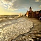 Alte onde al tramonto sul lungonmare Camogli Fotografia Stock Libera da Diritti