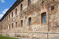 Alte orange Backsteinmauer mit Fenstern Lizenzfreie Stockfotos