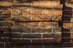 Alte orange Backsteinmauerhintergrundbeschaffenheit Front View Sun-Licht und -schatten auf Backsteinmauer Stockbild