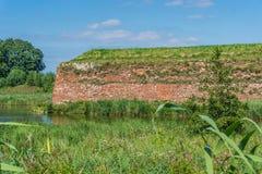 Alte orange Backsteinmauerseelandschaft Stockfotografie