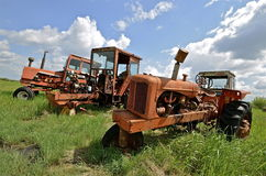 Alte orange Traktoren in Folge Stockfotos