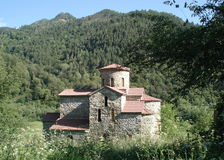 Alte orthodoxe Kirche in den Bergen Stockbild