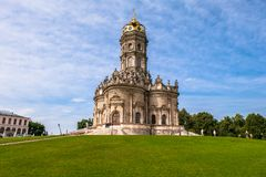 Alte orthodoxe Kirche des Zeichens unserer Kirche Dame Znamenskaya im Landsitz Dubrovitsy, Russland lizenzfreies stockfoto