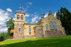 Alte orthodoxe Kirche mit den Hauben, errichtet von den Ziegelsteinen Lizenzfreies Stockfoto