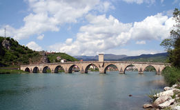 Alte Osmanesteinbrücke über Fluss Drina Lizenzfreie Stockfotos
