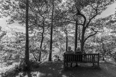 Alte Paare auf Bank, Derwent Water See, Keswcik, BRITISCHES Monochrom Stockfotografie