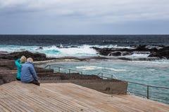 Alte Paare, die den Ozean, Mesa del Mar, Teneriffa, Kanarische Inseln, Spanien aufpassen lizenzfreie stockfotos