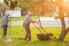 Alte Paare, die im Garten arbeiten Lizenzfreies Stockfoto