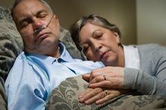 Alte Paare, die zusammen Mann nasaler Cannula schlafen Lizenzfreie Stockfotos