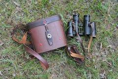 Alte Paare Ferngläser mit der Abdeckung auf dem Gras Stockfotografie