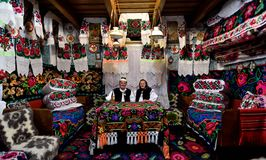 Alte Paare im traditionellen Haus, Rumänien, Maramures lizenzfreies stockfoto