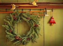 Alte Paare Skis, die mit Wreath hängen Lizenzfreie Stockbilder