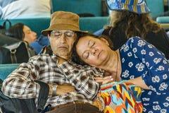Alte Paare Slepping am Flughafen Stockfotos
