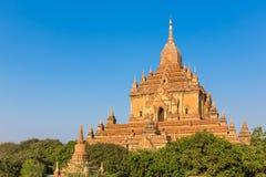 Alte Pagode mit blauem Himmel in Bagan, Myanmar Stockfotografie