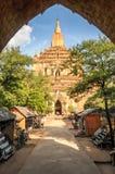 Alte Pagode mit Markt in Bagan Stockfotos