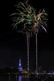Alte Pagode nahe Fluss mit Feuerwerk Lizenzfreie Stockfotos