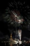Alte Pagode nahe Fluss mit Feuerwerk Lizenzfreies Stockfoto