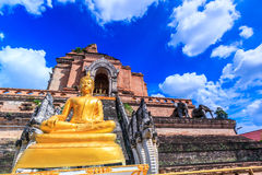 Alte Pagode und Buddha-Statue an Wat Chedi Luang-Tempel in Chiang Mai, Thailand Stockfotografie