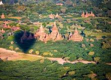 Alte Pagoden in Bagan mit Höhenballon Lizenzfreie Stockfotos