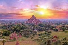 Alte Pagoden in der Landschaft von Bagan auf Myanmar bei Sonnenaufgang Stockfoto