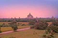 Alte Pagoden in der Landschaft von Bagan auf Myanmar bei Sonnenaufgang Lizenzfreies Stockfoto