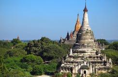 Alte Pagoden mit stupas in der Stadt von Bagan Stockfotografie