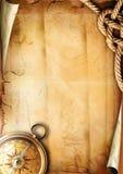 Alte Papierbeschaffenheit mit einem Kompaß und einem Seil Stockbild