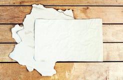 Alte Papierblätter auf einem Holztisch Stockbild