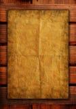 Alte Papiere auf Holz masert Hintergrund Lizenzfreie Stockfotos