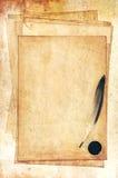 Alte Papiere mit Feder Stockfotografie
